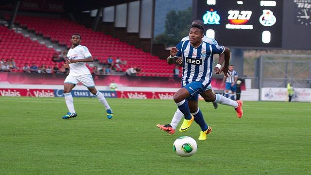 1024px-Valais_Cup_2013_-_OM-FC_Porto_13-07-2013_-_Alex_Sandro_3